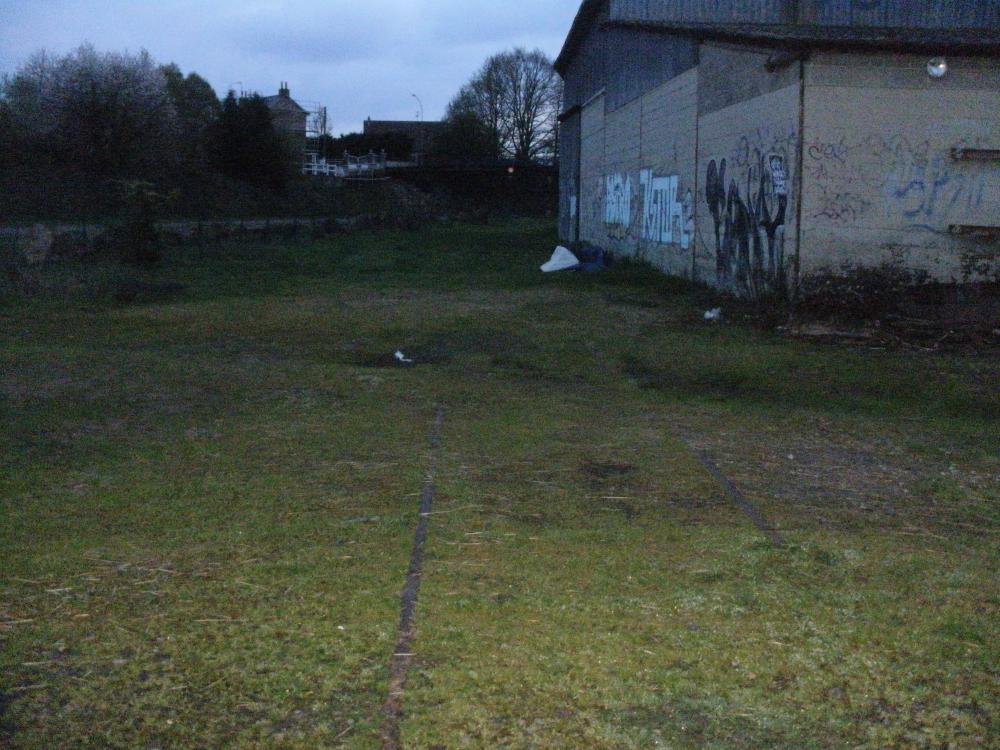 vestiges des rails de la gare de Mayenne + un batiment de la station.JPG