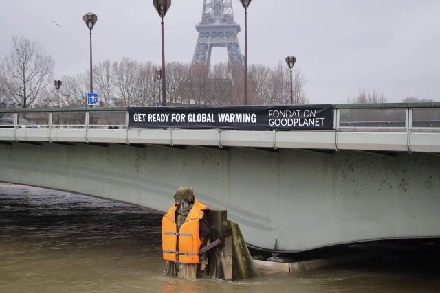 inondations-le-zouave-du-pont-de-l-alma-habille-d-un-gilet-de-sauvetage_0.jpg.f96900fab2593ea8fe05a7bbc3801fe1.jpg