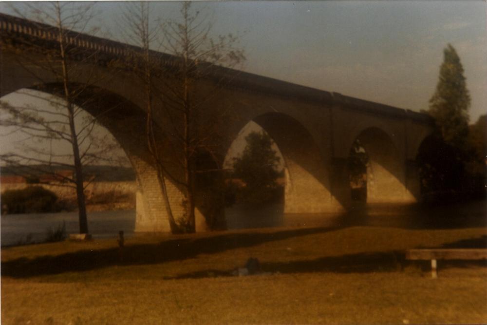 La roche posay 09-1990 le viaduc sur la creuse vue vers yzeures.jpg