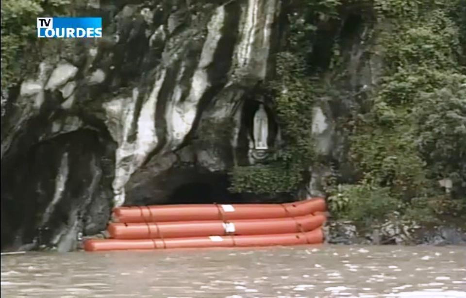 960x614_grotte-lourdes-protegee-barrage-flottant-mercredi-13-juin-2018.jpg.ea82d9ab80048082df39304b29931aab.jpg
