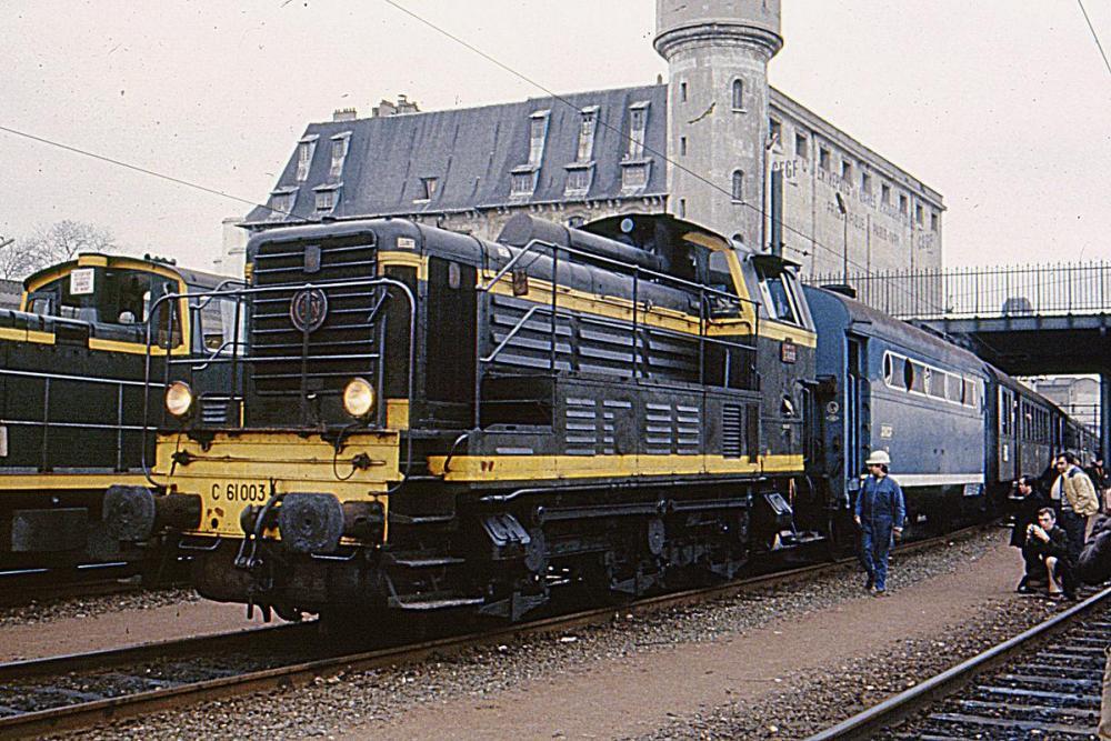1200px-C_61000_tractant_un_train_COPEF_sur_la_petite_ceinture_à_Ivry_-_Mars_1983.jpg