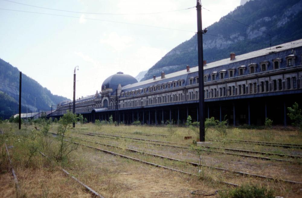 Gare_internationale_de_Canfranc_-_le_côté_du_quai_français_(1994)_(1).jpg