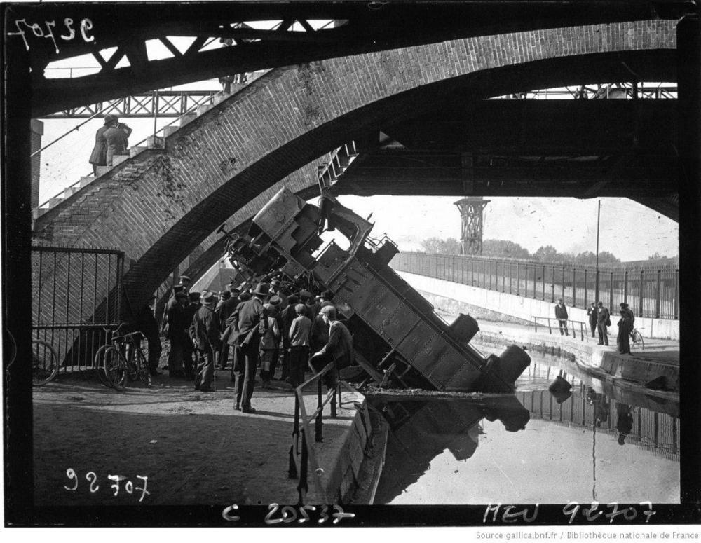 Pour traverser le canal de l'Ourcq, les trains de Paris-Bestiaux passaient sur un pont levant... Sauf quand un problème de frein faisait tomber une locomotive dans l'eau !.jpg