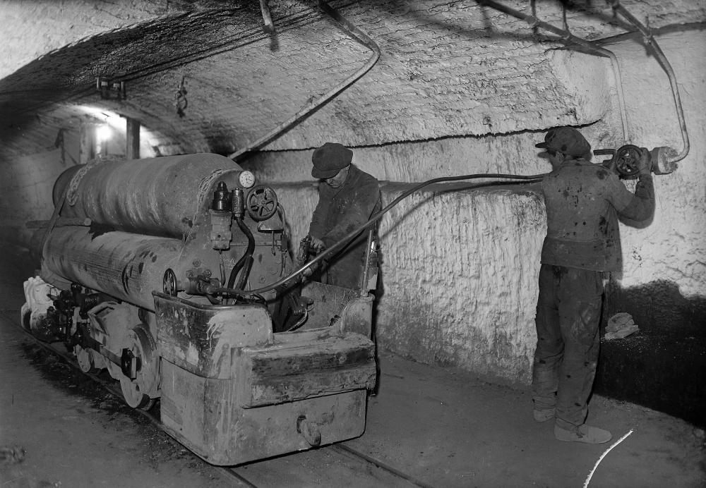 Chargement de la locomotive des bennes (air comprimé)  Mineurs. Chargement de la locomotive des bennes (air comprimé).jpg
