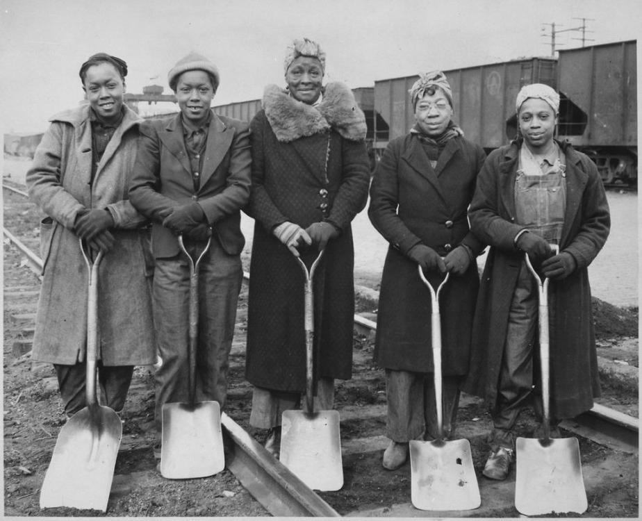 Trackwomen,_1943._Baltimore_&_Ohio_Railroad_Company_-_NARA_-_522888.tiff.jpg