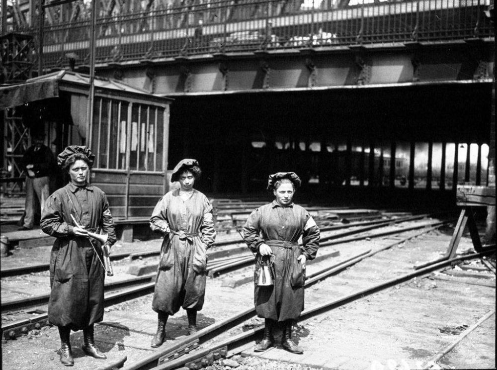 Gare du Nord Les femmes ont remplacé les hommes partis au front Paris 1917.jpg