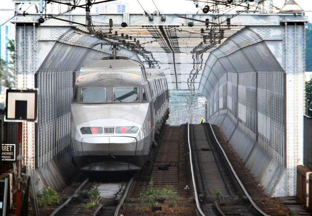 un-des-derniers-trains-a-emprunter-la-passerelle-eiffel-le-8-mai-2008-avant-la-mise-en-service-du-nouveau-pont-ferroviaire.jpg.86c6b7e86aca8fecea25f31fbaea708f.jpg